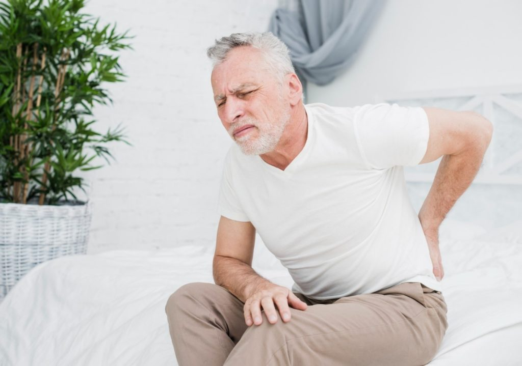 A man pointing to his si joint pain